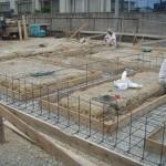 築70年、土壁で土台の無い建物の曳家と耐震改修工事です。先行で基礎ベースを作ります。