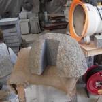 お客さんが出入りする戸当りの据え石の加工です。基礎と柱を繋ぐ加工も行います