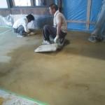 店舗土間施工状況 昔の土間(タタキ)に似ていますが、耐久性の高い製品を使っています。