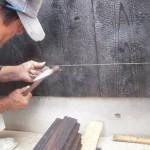 外壁焼き杉張り状況 杉板は会社で焼き加工しました。炭化した表面は耐久性が高くこれも昔人の知恵です。