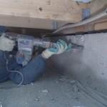 床下作業で、アンカーボルトを切断します。