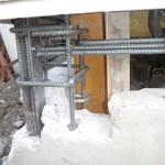 補強鉄筋を配筋後、型枠をしコンクリートやモルタルで隙間を完全充填し、建物を固定定着させます。この時通気口は嵩上げします。